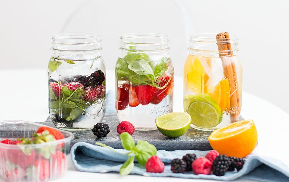 Leitungswasser mit frischem Obst und Kräutern ist eine super Alternative und schmeckt auch noch erfrischend!