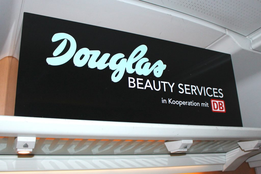 Douglas Beauty Services Schild