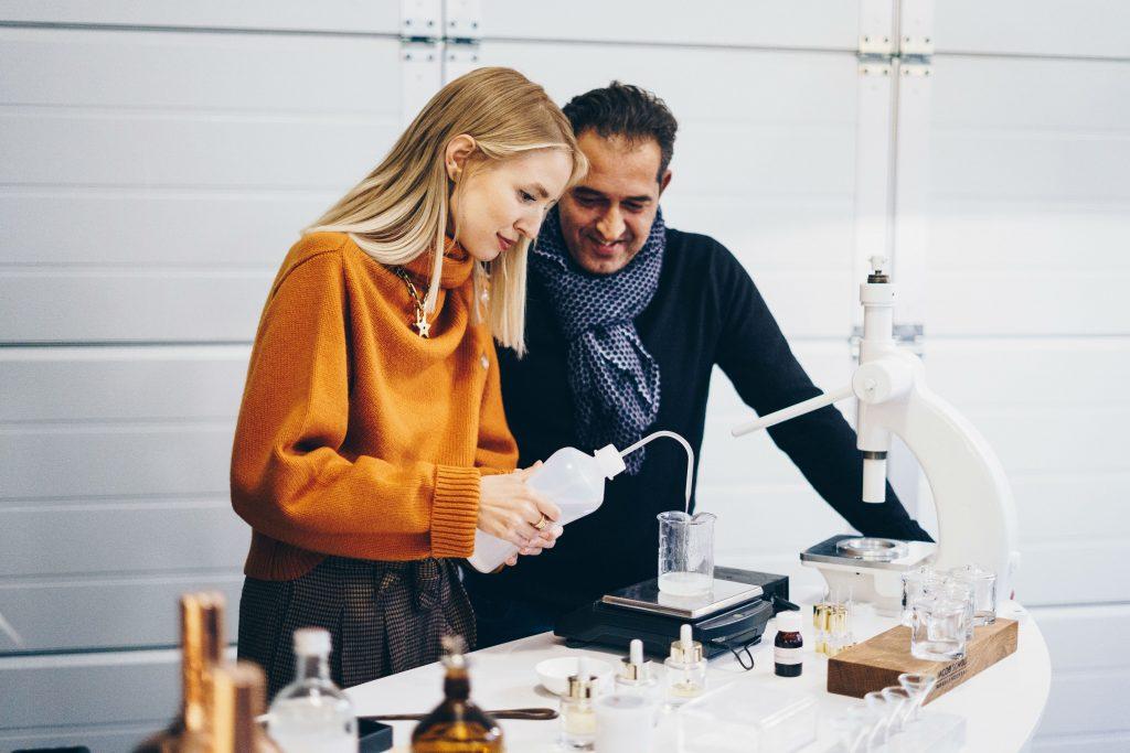 Meisterparfümeur Zarko Ahlman und Influencerin Leonie Hanne